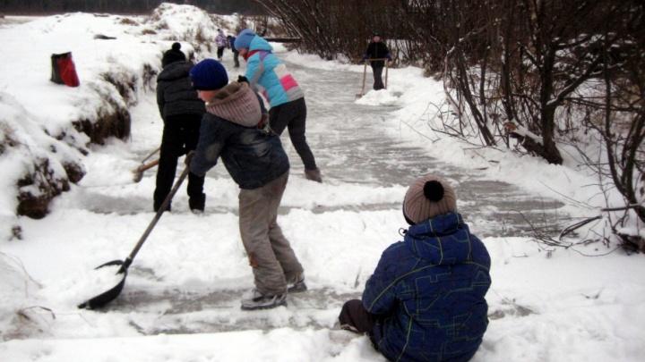 «Взрослые теперь только на подхвате»: в Перми дети превратили замерзшую речку в конькобежную дорожку