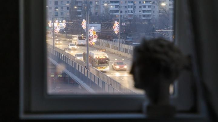 Комсомольский мост раскачивает и трясет дом в центре Волгограда
