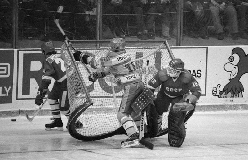 19 декабря 1985 г. Матч: СССР - Швеция. Счет 10:1. Атака на ворота сборной СССР, в воротах Евгений Белошейкин и Петер Градин