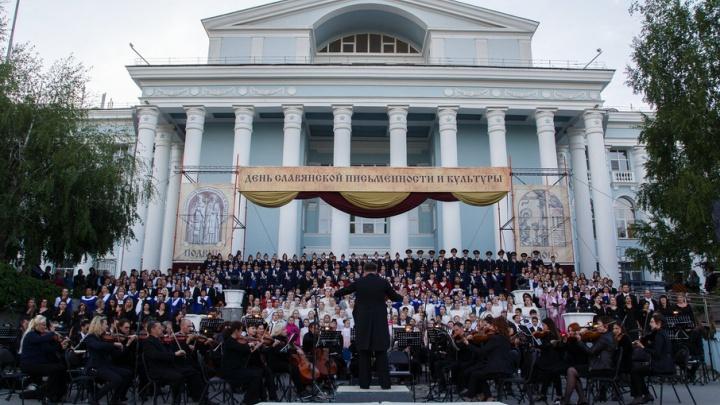 В Волгограде «Катюшу» и «Надежду» впервые исполнил сводный хор под открытым небом