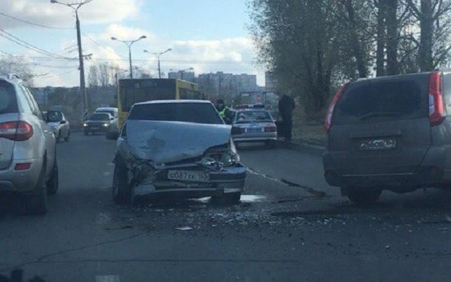 В Тольятти на трассе лоб в лоб столкнулись Nissan и ВАЗ-2114
