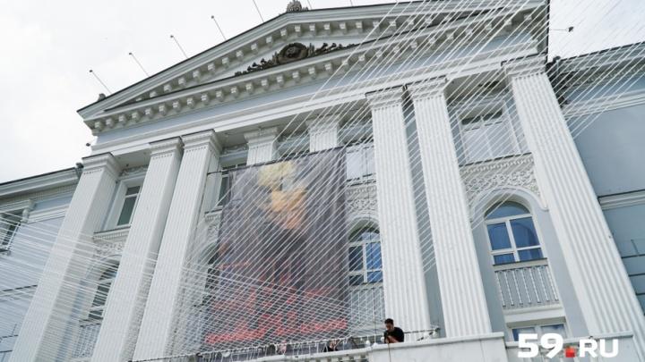 Будут светиться по ночам: в театральном сквере появились гигантские струны