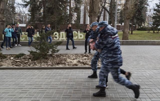 В Волгограде осудили пнувшего полицейского участника митинга Навального