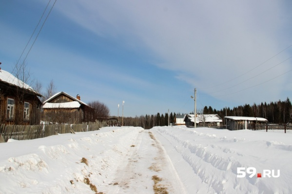 В поселок Тюсь ведет всего одна дорога, весной и осенью она становится непроезжей