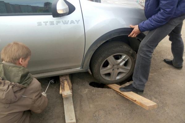 Водителю помогали прохожие