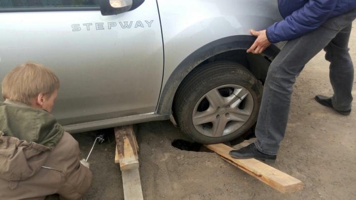 В центре Архангельска автомобиль провалился под асфальт