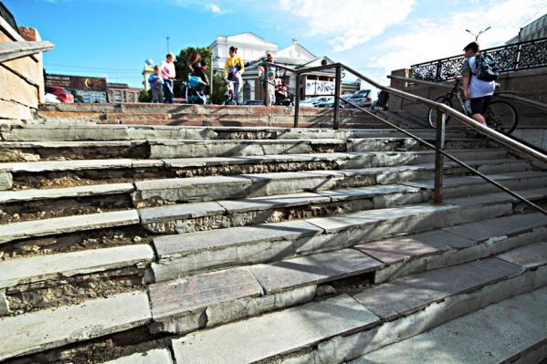 Пока разбитые ступени починят на трёх выходах из перехода