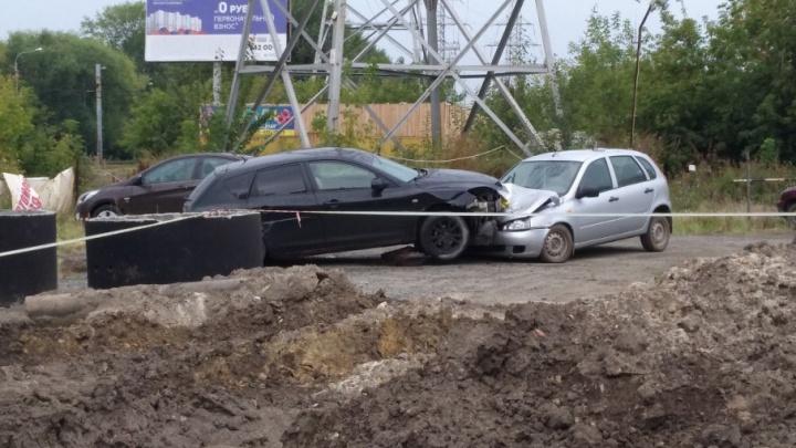 «Перелетела рельсы и приземлилась на машину»: в Ленинском районе лихач протаранил легковушку на парковке