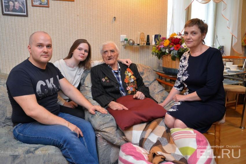 Александр Герасимович со своей снохой, внуком и правнучкой.
