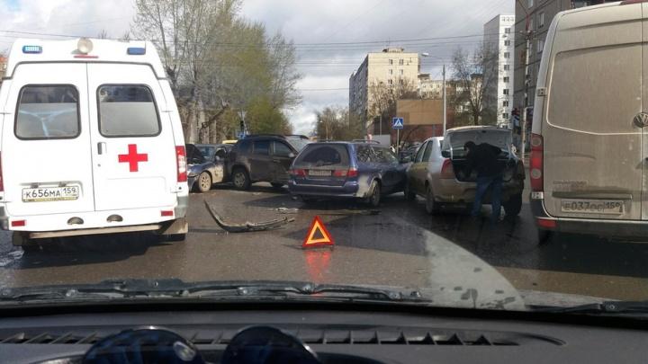 В Перми на улице Желябова столкнулись четыре автомобиля