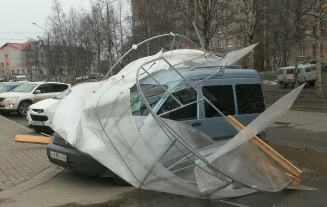 По Архангельску «прогулялся» сильный ветер: пострадали авто