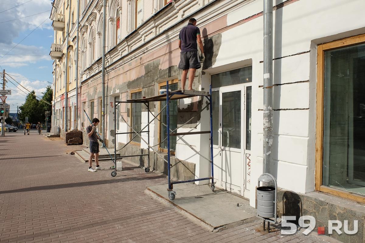 Помещения и фасад Центрального гастронома ремонтируют