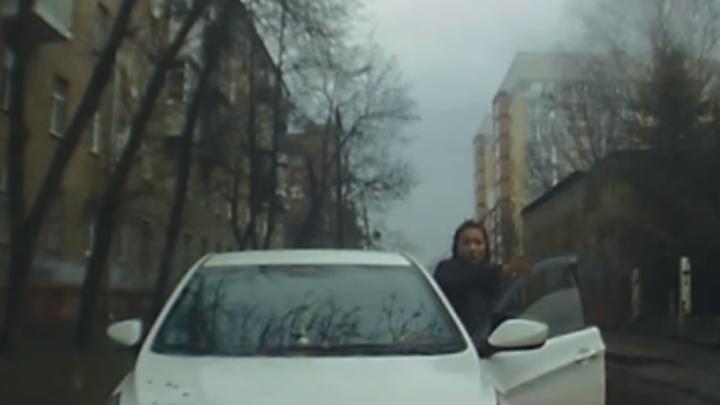 Свернула под «кирпич» и просила пропустить: в Ярославле женщина за рулём грубо нарушила ПДД