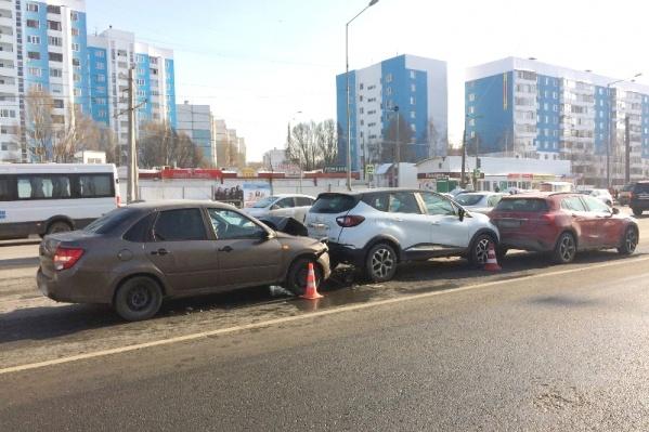 Машины столкнулись на светофоре