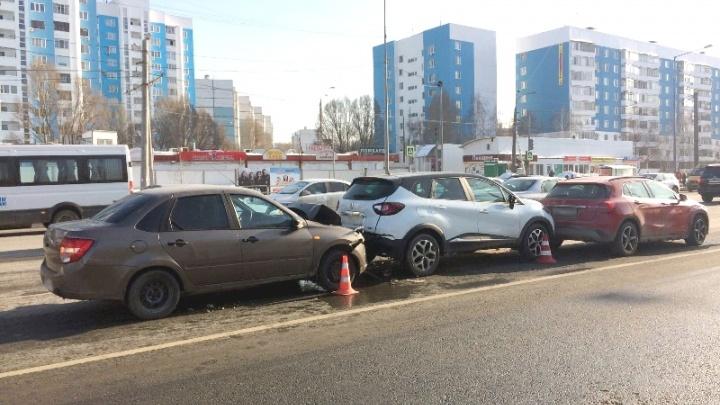 Автомобильный боулинг: на Ново-Садовой водитель Granta врезался в Renault и Mercedes