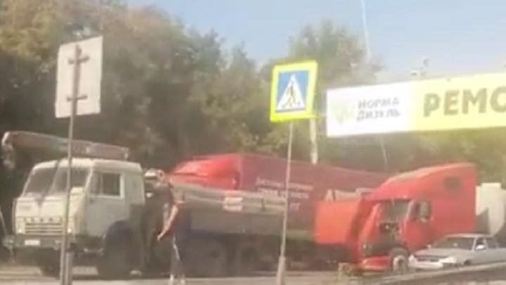 По «Меридиану» не проехать: из-за ДТП с большегрузом в Челябинске машины встали в три ряда