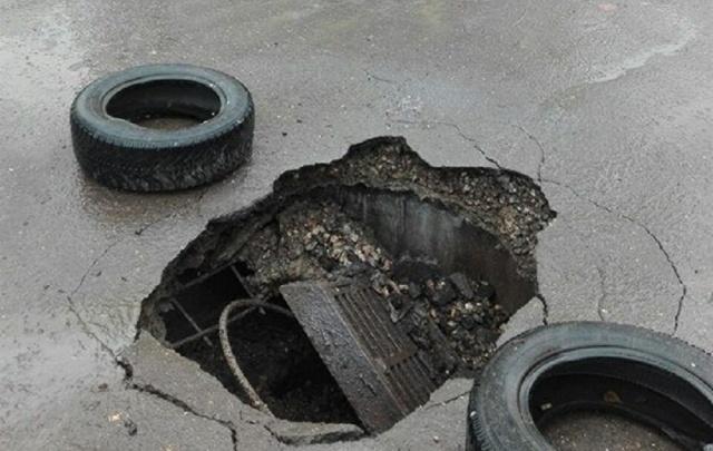 ЧП с рухнувшим в яму на остановке ярославцем повторилось на улице Наумова