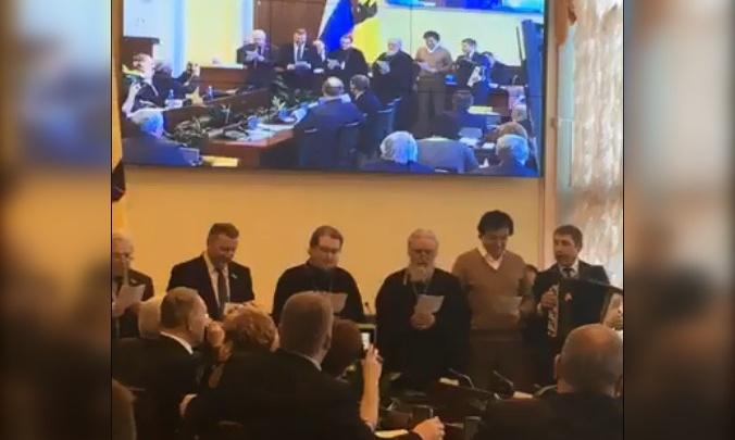 Поздравить и раскочегарить: на 8 Марта мужчины из общественной палаты устроили баян-шоу