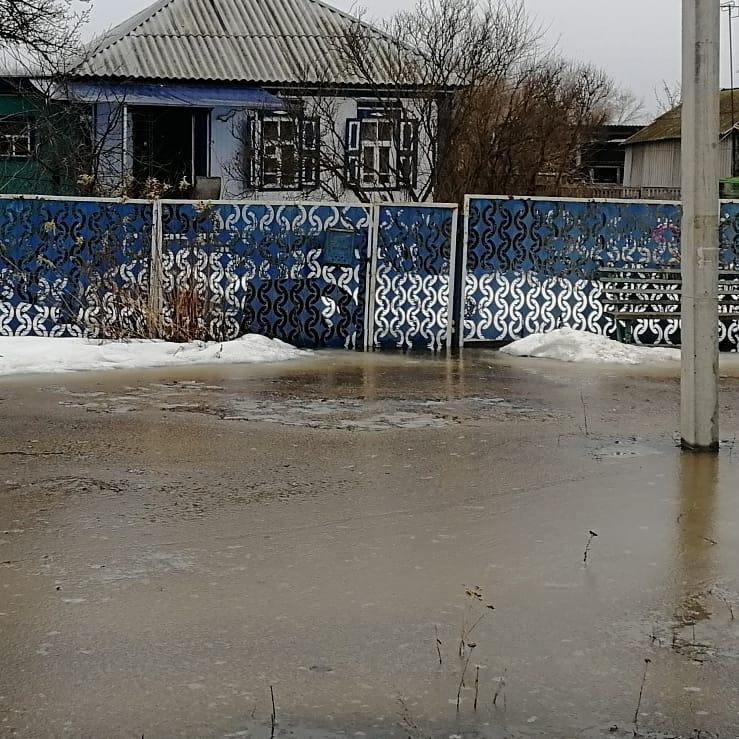 Огромные реки заблокировали местных жителей в собственных домах