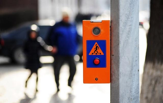 На улице Челюскинцев светофор оборудовали кнопкой для пешеходов
