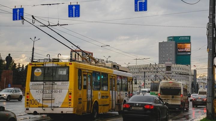 Челябинские троллейбусы «подвинут» маршрутки на остановках