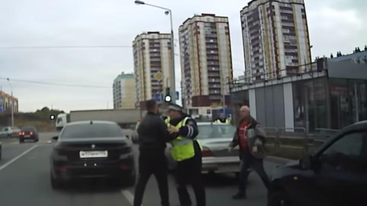 Инспекторы ДПС разняли дерущихся водителей на дороге в Магнитогорске