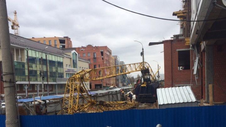 В центре Архангельска рухнул строительный кран