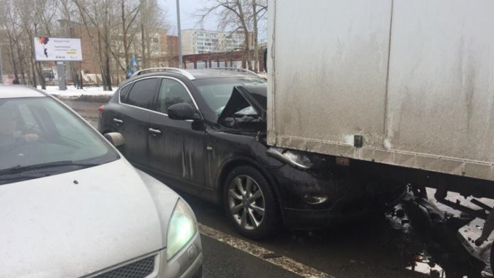 Водитель Infiniti выпила успокоительное и собрала два грузовика на улице 30 лет Победы
