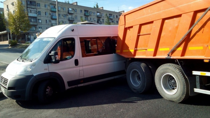 В Волгограде маршрутное такси столкнулось с КАМАЗом