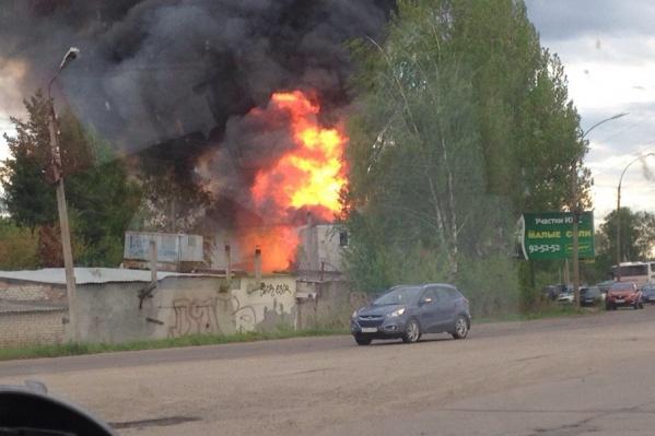 Пожарные выехали бороться с огнем
