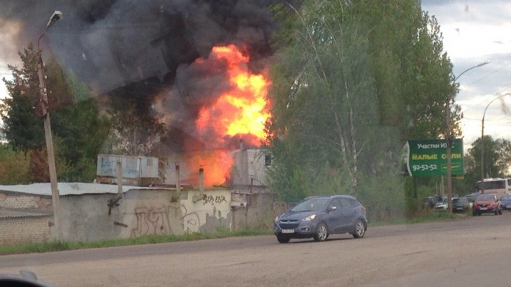 Два пожарных расчета выехали на ЧП в ярославском автосервисе