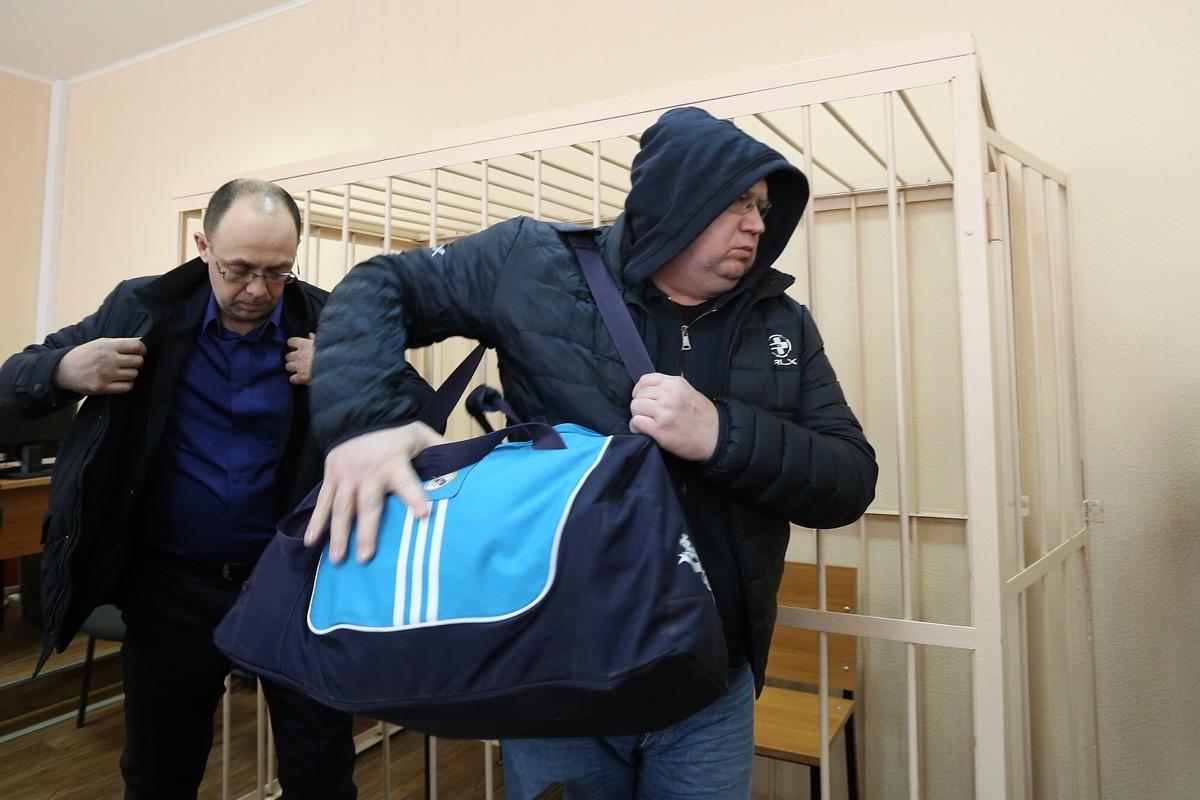Сергей Мануйлов вместе с адвокатом спешно покинул зал заседаний, воздержавшись от комментариев