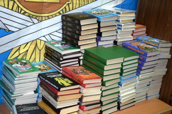 Заключенным передали более 200 книг