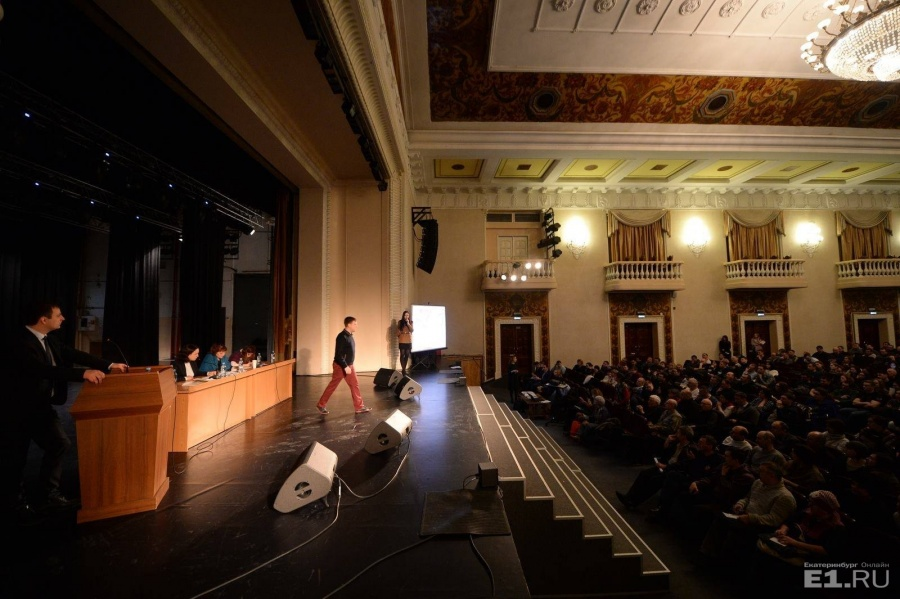 На публичных слушаниях собралось451 человек.