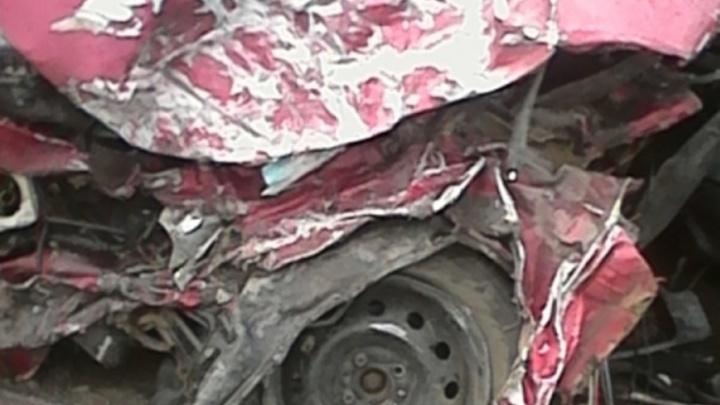 Под Ярославлем водитель ВАЗа влетел под фуру и погиб