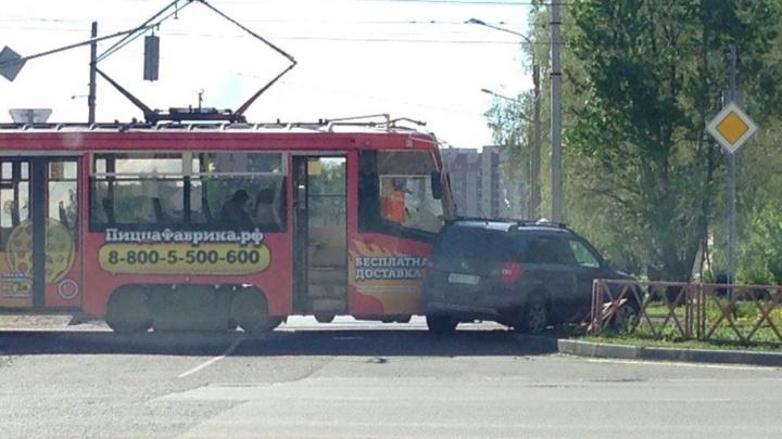 Ярославец на иномарке пытался проскочить перекресток и попал под трамвай
