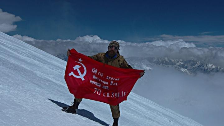 Челябинцы подняли над Эльбрусом копию Знамени Победы