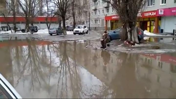 Волгоградец устроил рыбалку в огромной грязной луже