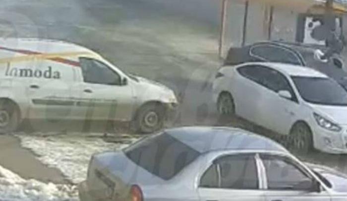 Тройная авария на ростовской остановке, в результате которой ранен человек, попала на видео