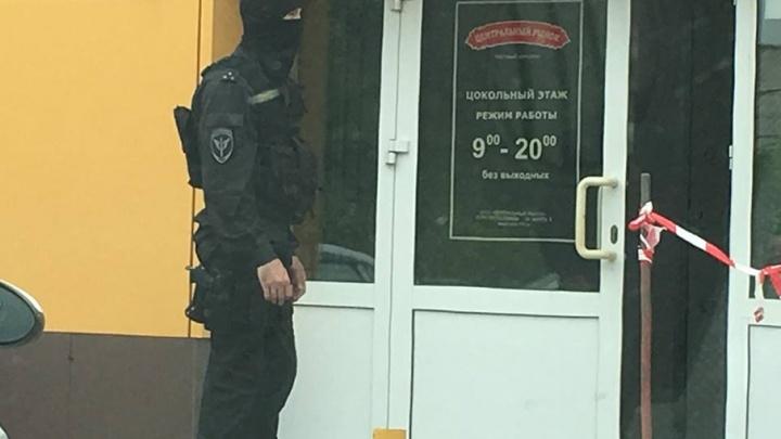 Центральный рынок в Челябинске оцепили бойцы ОМОН