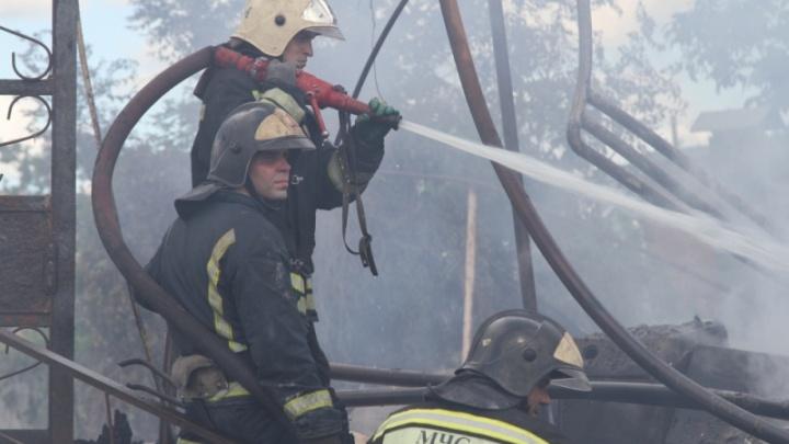 В Ростовской области при пожаре на складе работник отравился угарным газом