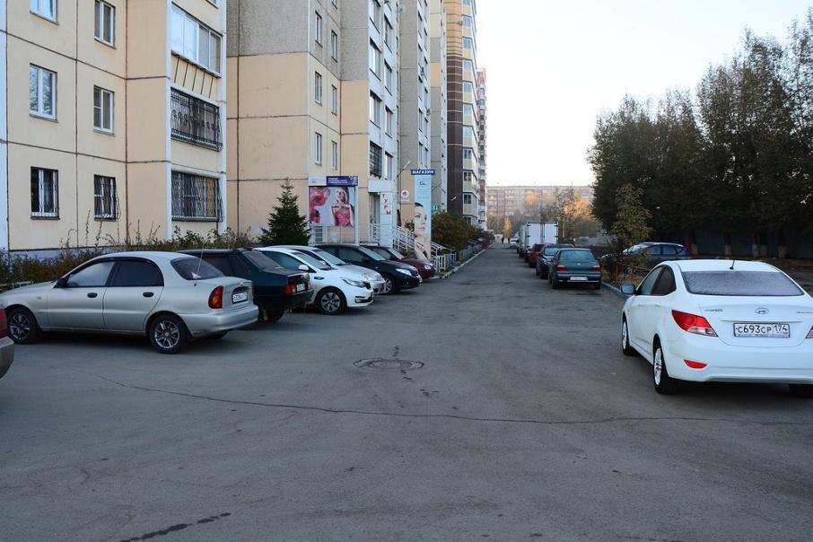 Территория около дома по улице Двинской напоминает парковку, но на самом деле — это тротуар, с которого периодически эвакуируют автомобили