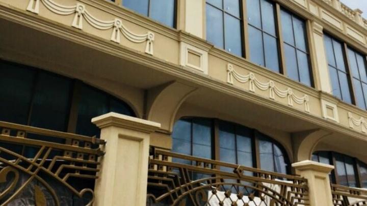 В первый в Самаре пятизвездочный отель завезли мебель