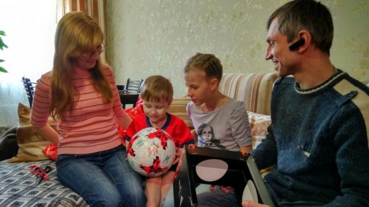 Трехлетний житель Тольятти получил мяч с автографами игроков сборной России