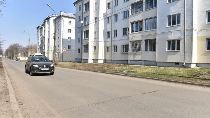 В Ярославле проверили дороги, сделанные в прошлом году: асфальт потрескался и просел