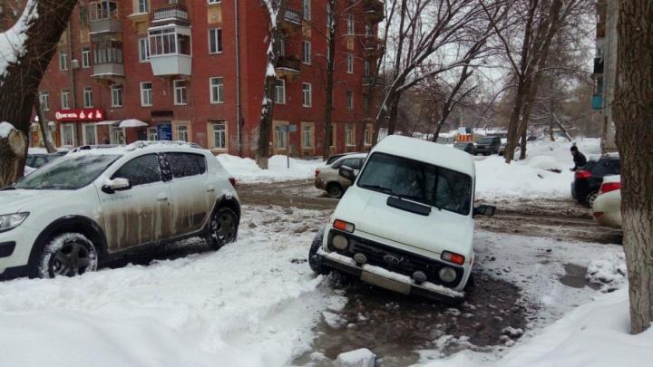 «Как же он выплывет?»: на Елизарова — Свободы машина провалилась в лужу