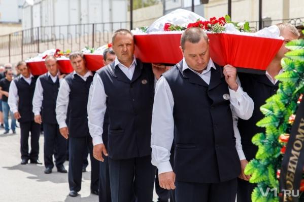 """Погибших  и их семьи провожают в похоронном доме """"Память"""""""