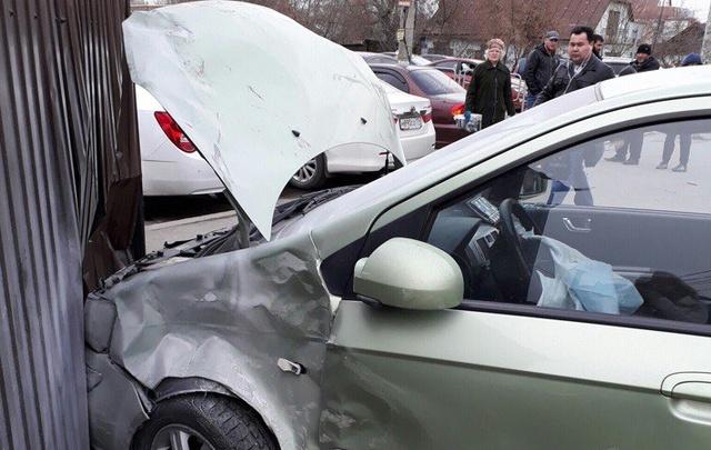 В Челябинске иномарка после ДТП сбила подростка и протаранила киоск