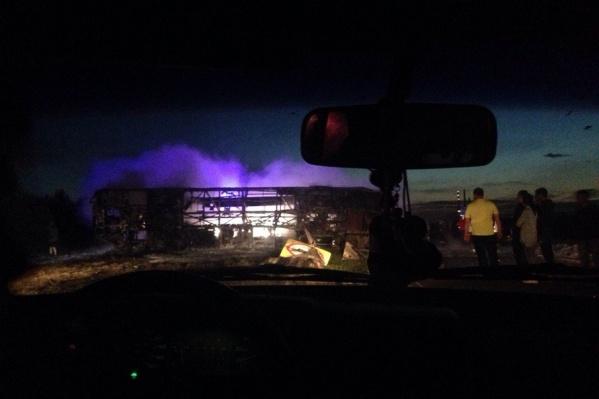 Автобус вспыхнул после столкновения с КАМАЗом-бензовозом