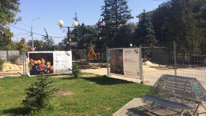 На разрытых теплотрассах в Волгограде появились изысканные натюрморты
